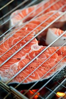 Primo piano di trancio di salmone alla griglia
