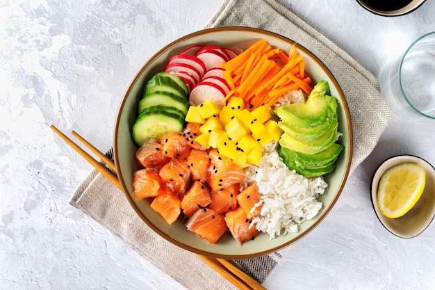 Primo piano di salmone poke con avocado, alghe, carote sottaceto e cetriolo