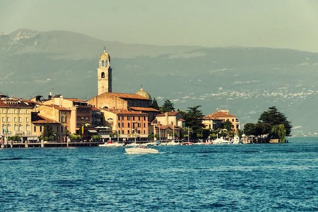 Primo piano sulla città di salò in italia