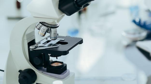 Avvicinamento. campione su vetro al microscopio. foto con copia-spazio.