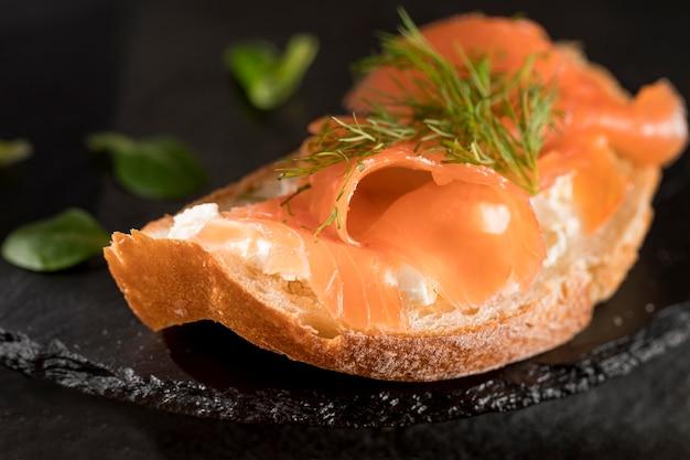 Primo piano del panino con salmone e aneto
