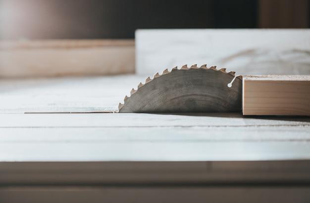 Primo piano di sega in falegnameria, intaglio del legno, taglio del legno, concetto industriale