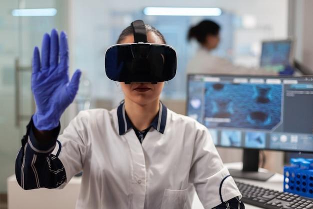 Primo piano di uno scienziato che utilizza la realtà aumentata degli occhiali vr
