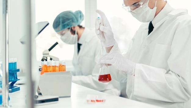 Avvicinamento. gli scienziati stanno testando un nuovo vaccino. foto con copia - spazio.