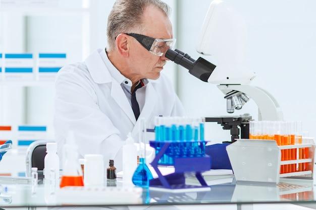 Scienziati ravvicinati conducono ricerche in laboratorio