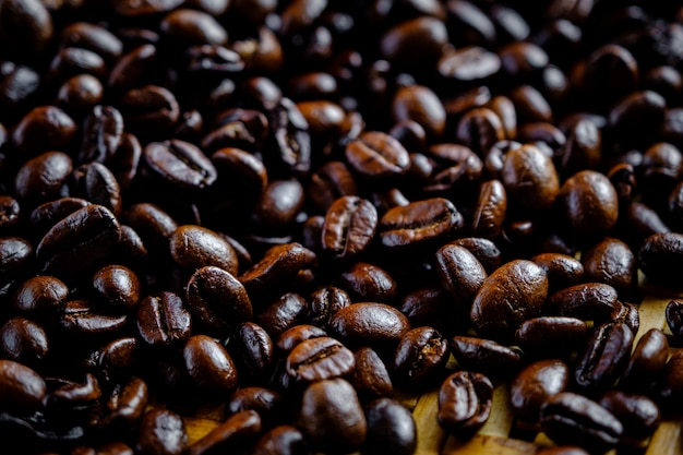 Close up messa a fuoco selettiva chicchi di caffè per sfocatura dello sfondo