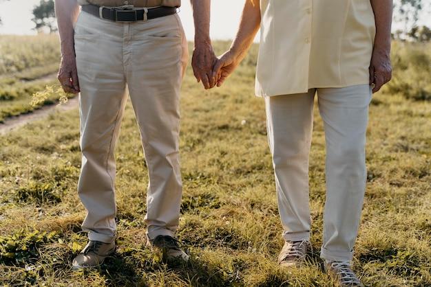 Primo piano coppia senior all'aperto