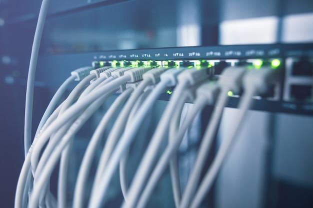 Primo piano del cluster di rack di server in un centro dati con tipo di cavi, concetto it