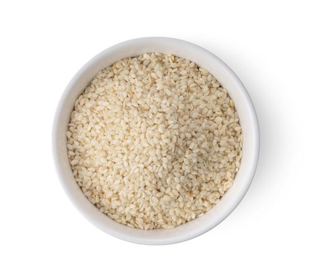 Primo piano sui semi di sesamo in una ciotola bianca isolata