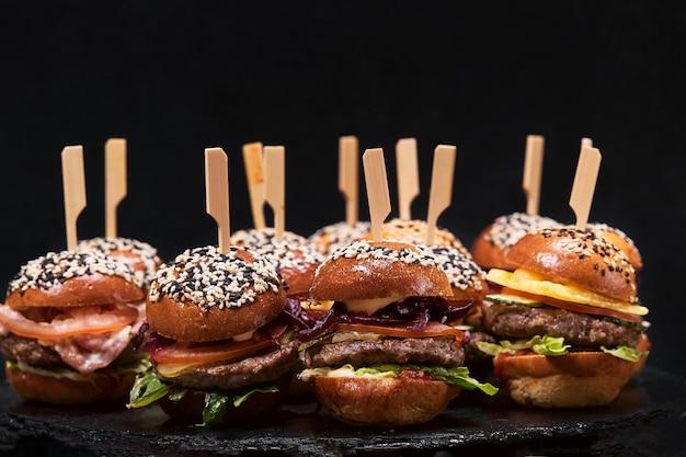 Primo piano sul set di vari hamburger