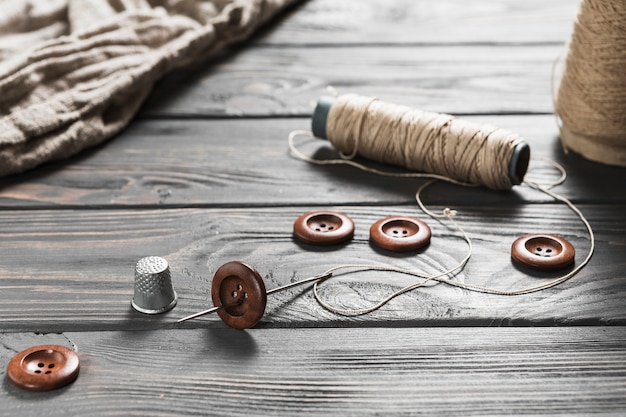 Close-up di articoli da cucire sul tavolo di legno