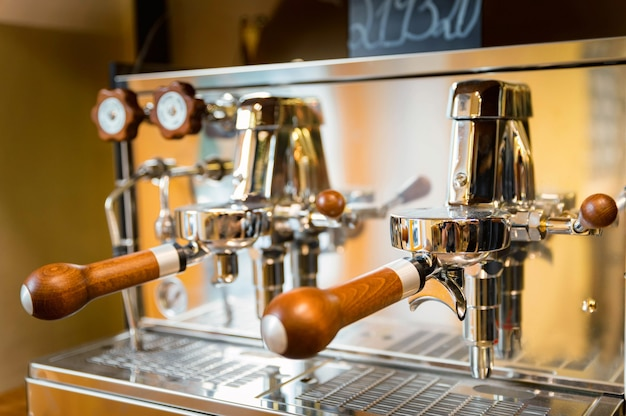 Close-up di legno lucido e ancora macchina per caffè espresso a leva. messa a fuoco selettiva.