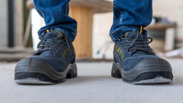 Primo piano scarpe di un uomo che lavora
