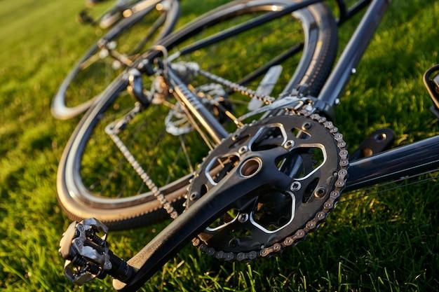 Immagine ravvicinata della catena della bicicletta e del pedale su una bici da strada nera professionale sul