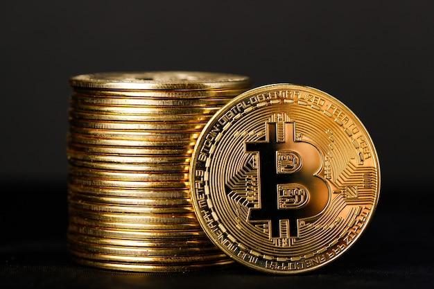Immagine ravvicinata di monete bitcoin su sfondo nero, una pila di bitcoin cryptocurrency gold bitcoin btc bit coin. tecnologia blockchain digitale, concetto di mining bitcoin