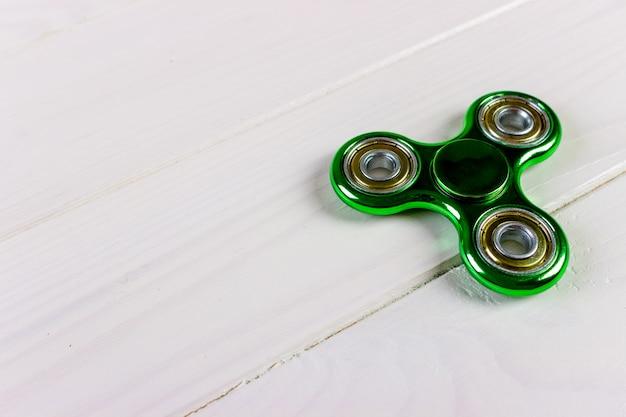 Chiuda sul colpo di uno spinner verde del fidget