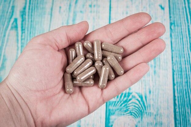Inquadratura ravvicinata di una mano che tiene diverse pillole capsuls.