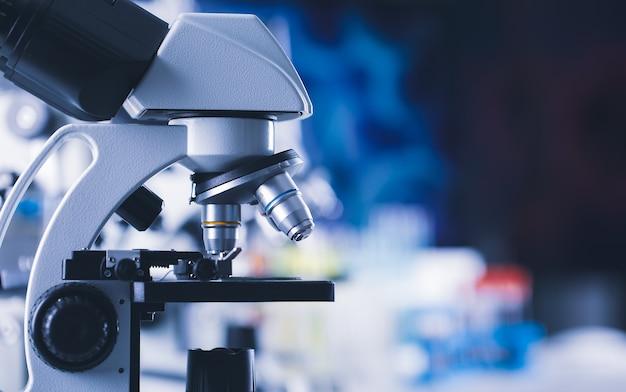 Immagine ravvicinata di apparecchiature mediche al microscopio e spae di copia sfondo sfocato colorato.