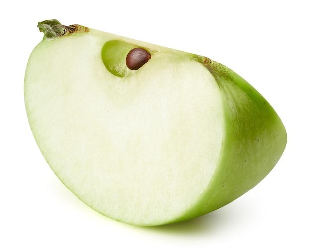 Immagine ravvicinata di fette di mela verde isolato su bianco