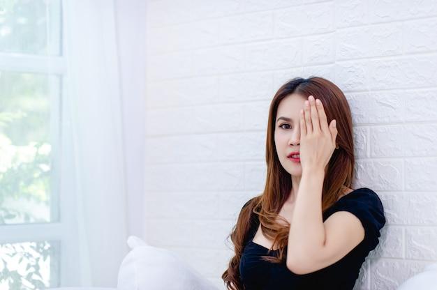 Una foto ravvicinata di una ragazza sorridente con gli occhi chiusi, solitario nella stanza bianca