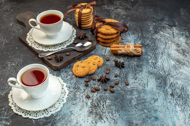 Immagine ravvicinata di biscotti impilati lime alla cannella su tagliere di legno su sfondo di ghiaccio