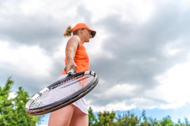 Immagine ravvicinata di una racchetta da tennis in una mano di giocatori