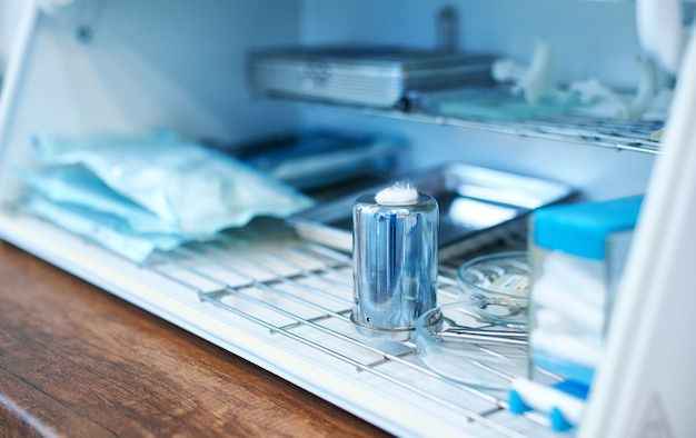 Primo piano di un termostato per la sterilizzazione di strumenti dentali in acciaio inossidabile in odontoiatria