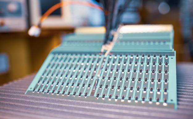 La vista laterale ravvicinata di un pannello di resistori smd si trova sulla produzione di sistemi di riscaldamento automatici. il concetto di produzione industriale di attrezzature per scopi industriali e strategici