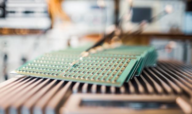 Vista laterale ravvicinata di un pannello di resistori smd