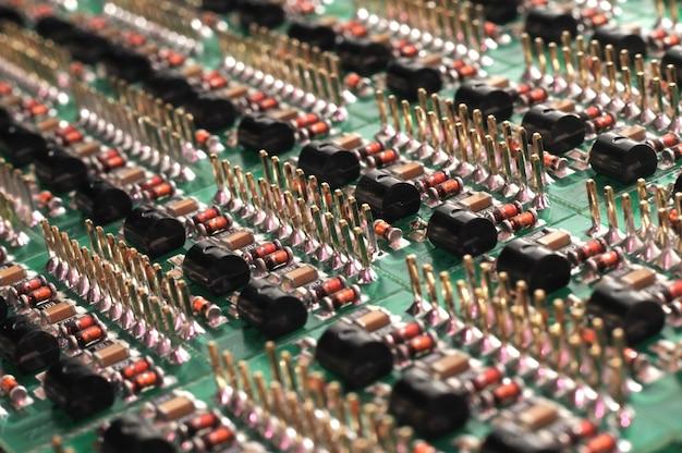 Vista laterale ravvicinata di una scheda pcb con componenti smd