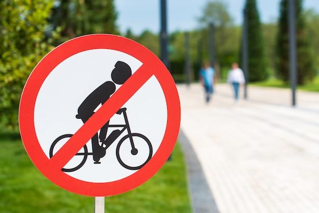 Primo piano sul segno che vieta il ciclismo