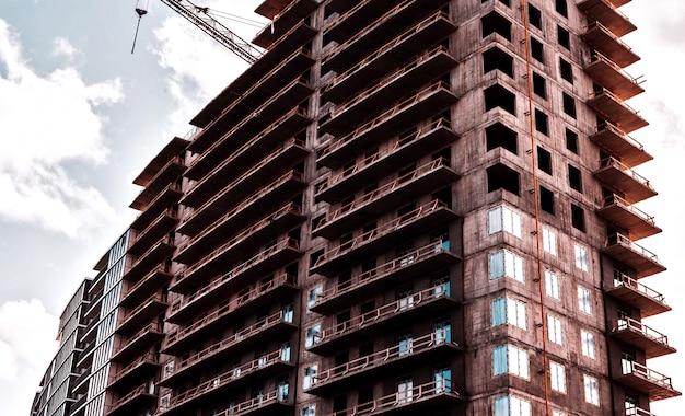 Avvicinamento. grattacielo e gru di costruzione in un cantiere.