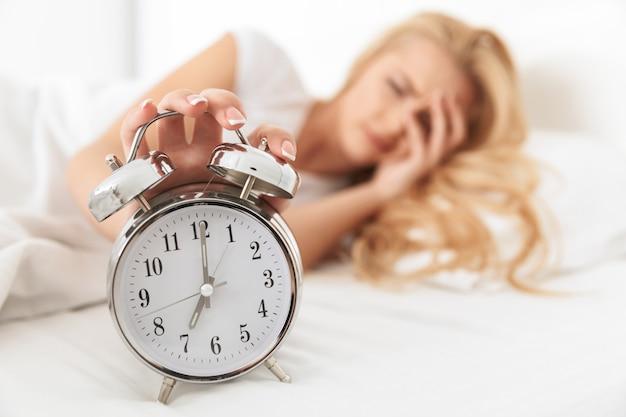 Primo piano di una giovane donna assonnata