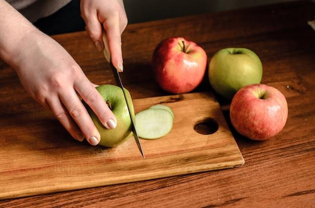Primo piano sulle mele a fette su una tavola di legno