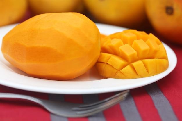Primo piano di mango succoso affettato