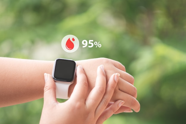 Primo piano smartwatch con icone misurazione dell'ossigeno nel sangue e frequenza cardiaca e concetto di assistenza sanitaria.