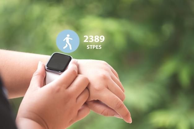 Close up smartwatch con icone per contare i passi