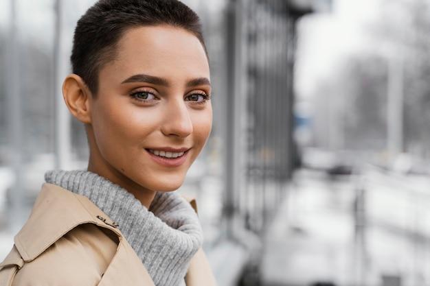 Close-up donna sorridente all'aperto