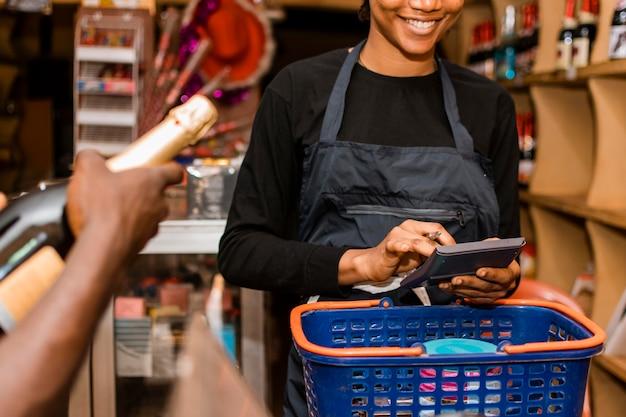 Close-up smiley donna in negozio