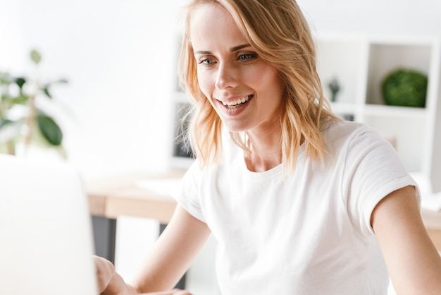 Primo piano di sorridere imprenditrice
