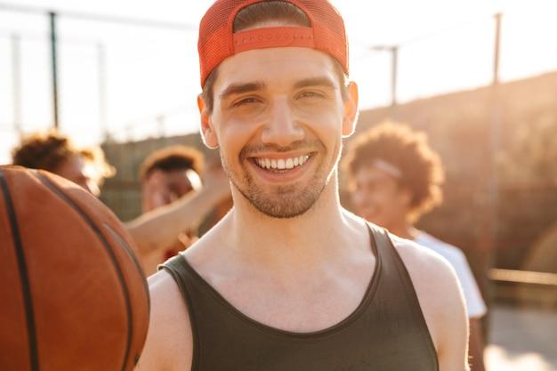 Primo piano di uomo sorridente giocando a basket