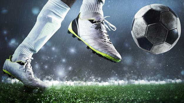 Primo piano di una scena di calcio con il giocatore che calcia il pallone con potenza