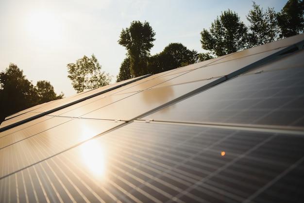 Primo piano sui pannelli solari in carica dal sole