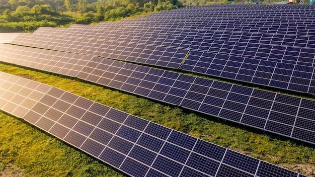 Chiudere i pannelli della stazione di energia solare in fila nei campi energia verde