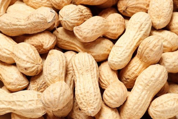 Primo piano di alcune arachidi o sfondo di arachidi. posto per il testo. vista dall'alto. avvicinamento.