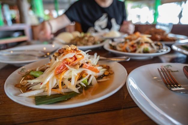 Close up somtum o insalata di papaia in località di villeggiatura della thailandia.