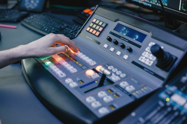Primo piano delle mani dell'ingegnere del suono che registrano musica