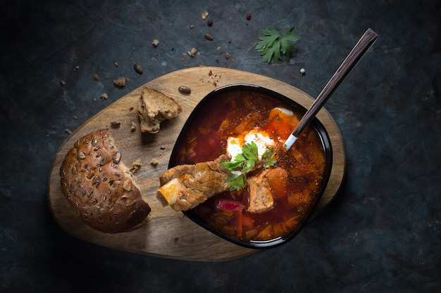 Primo piano sulla zuppa con carne ed erbe aromatiche
