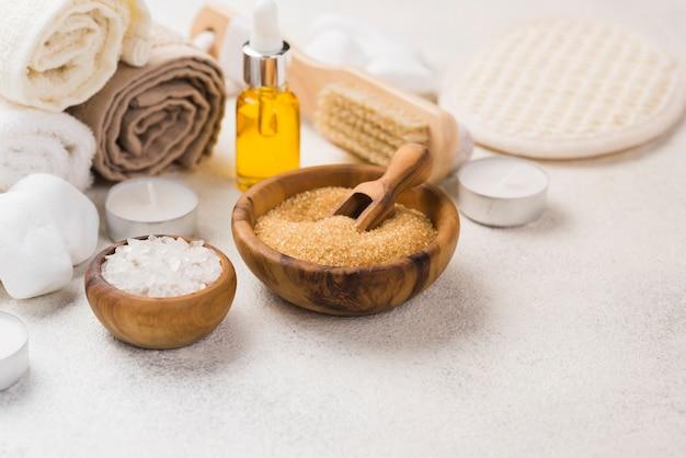 Accessori spa close-up con asciugamani e olio