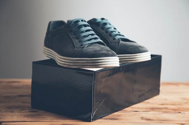 Primo piano su scarpe sportive sulla scatola sul tavolo
